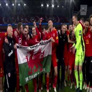 """Gareth Bale and the Wales NT celebrating their qualification to Euro 2020 with a """"Wales, Golf, Madrid - In That Order"""" flag"""