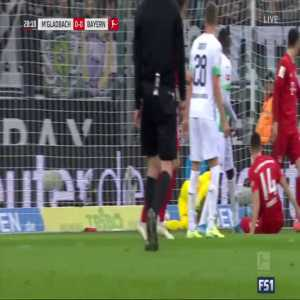 Yann Sommer (Gladbach) barely keeps the ball from going over the line vs. Bayern after spilling a shot by Joshua Kimmich