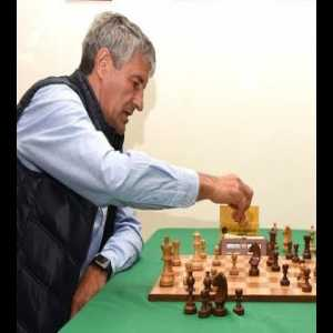 Barcelona's new manager Quique Sétien plays a very competent game of chess against (former) word champion Vladimir Kramnik.