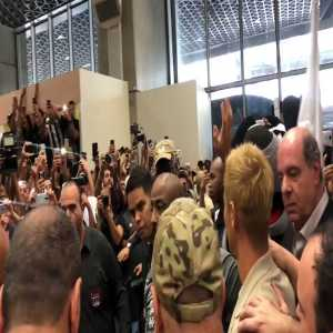 Reception at the airport for Keisuke Honda, the Japanese joins Botafogo-BR