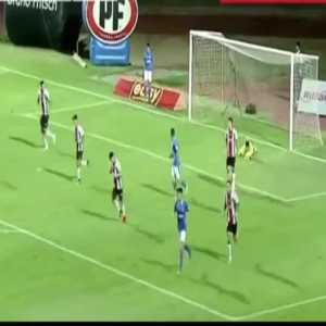 Torneo Chile: Audax Italiano player hides behind goalpost to sneak behind the keeper and score a goal against Palestino. Goal later disallowed by VAR.