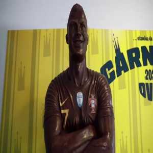 [AP Sports] Chocolate Ronaldo: A Portuguese chocolatier has made a life-size chocolate statue of Cristiano Ronaldo