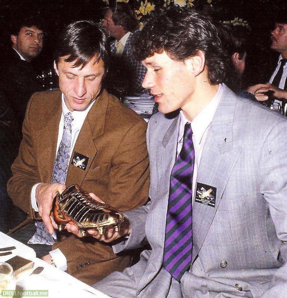 Johan Cruyff and Marco van Basten with the European Golden Shoe. Marco van Basten scored 37 goals in just 26 Eredivisie games that season whilst Cruyff was Ajax' manager.