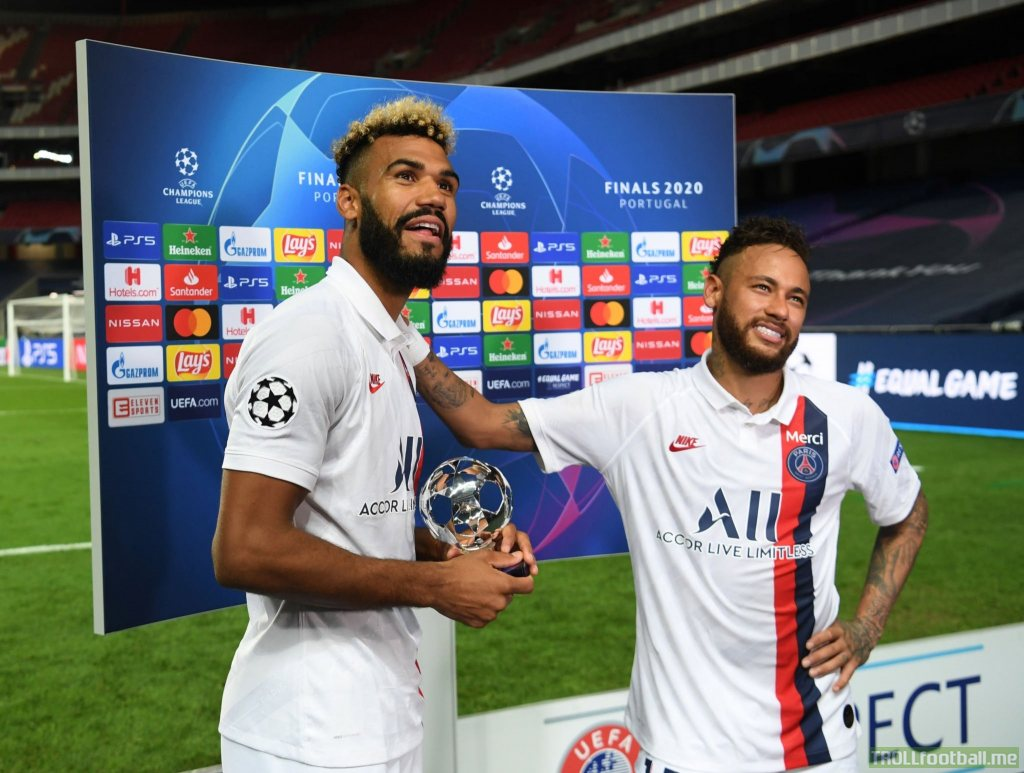 Amazing picture of Neymar giving his man of the match trophy to Choupo-Moting ❤