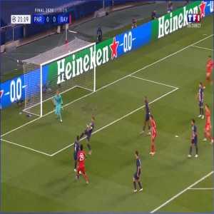 Robert Lewandowski hits the post vs PSG 22'