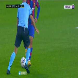 Coutinho nutmegs the referee vs. Villarreal