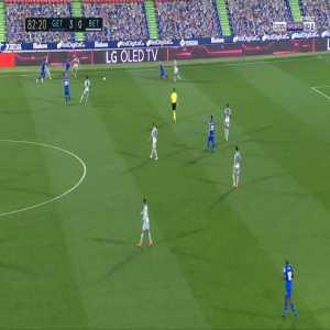 Aissa Mandi (Betis) 2 yellow cards against Getafe in 50 seconds
