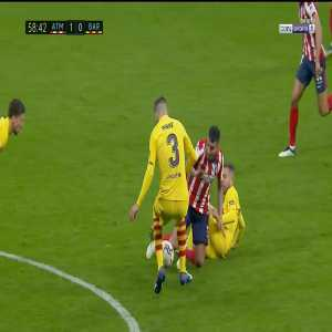 Gerard Pique knee injury 59'