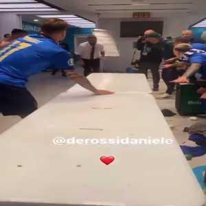 Daniele De Rossi celebrating with the team.