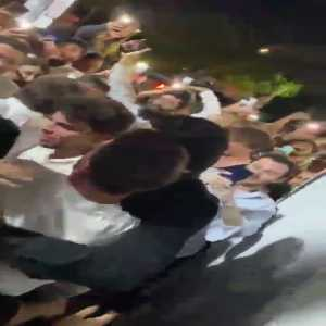 Crowd greets and surrounds Messi while he's on vacation in Miami