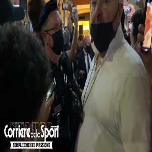 [Jacopo Aliprandi]: Roma fans surrounding mourinho after he leaves restaurant.
