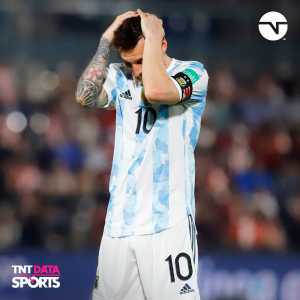 [TNT Sports Argentina] Lionel Messi and his knee discomfort. It's the same discomfort he's been carrying for some time. Showed it against Paraguay and once more during Friday's training
