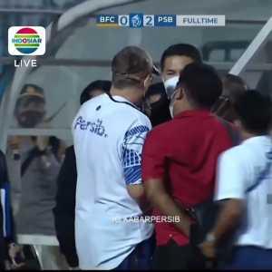 [@Kabar_Persib] Bhayangkara Solo FC's Staff Visibly Caught Spitting On Persib Bandung's Manager Robert Alberts