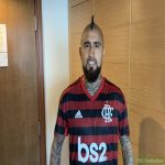 "Arturo Vidal receives Flamengo kit and jokes: ""I'll sleep and wake up with it"""