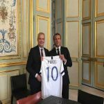 The Finnish Prime Minister gave Emmanuel Macron a Pukki Finland national team shirt.