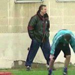 Johan Cruyff teaching Stoichkov how to jump rope in 1995 during Barcelona training