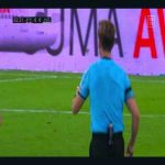 Unusual scene in LaLiga: Jorge Pulido (Huesca) forgets to put his mobile phone away before going on to the pitch after HT. After playing with it in his hand for 1 minute, he hands it to the referee to take it out of field.